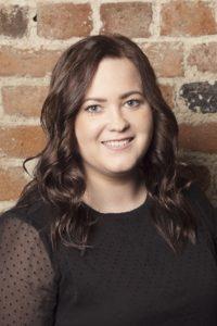 Joanna er ansat som frisørassistent